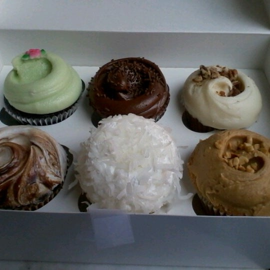 Photo taken at Magnolia Bakery by Seb S. on 8/29/2012