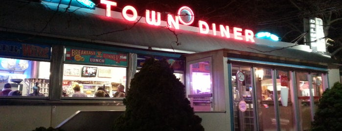 Deluxe Town Diner is one of 40 Days Left in Boston.