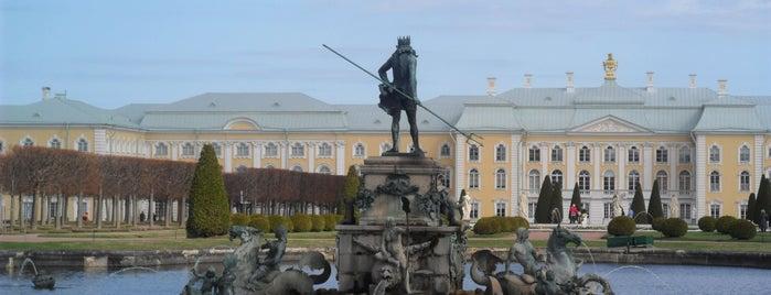 Peterhof is one of Санкт-Петербург.