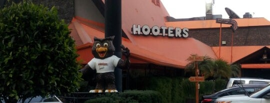 Hooters is one of bars.
