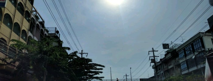 Charoen Nakhon Road is one of ถนน.