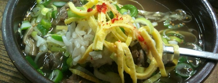 나주곰탕 하얀집 is one of 한국인이 사랑하는 오래된 한식당 100선.