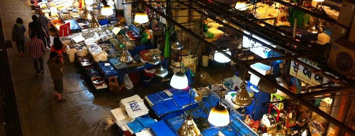 노량진 수산시장 (Noryangjin Fisheries Wholesale Market) is one of Eat, Drink and be Merry.