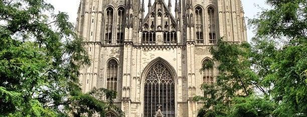 Cathédrale Saint-Michel et Gudule / Sint-Michiels en Sint-Goedelekathedraal is one of Brussels Sightseeing.