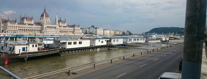 Bem József tér (19, 41) is one of Budai villamosmegállók.