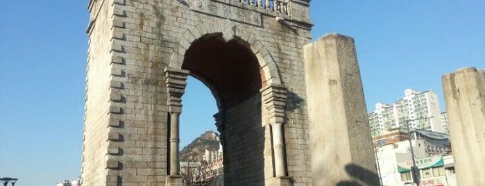 독립문 (獨立門, Independence Gate) is one of Korean Early Modern Architectural Heritage.