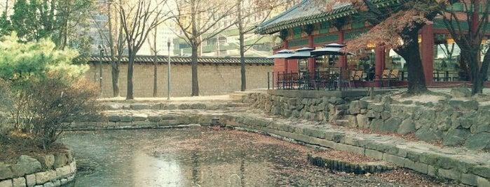 덕수궁 (德壽宮, Deoksugung) is one of Seoul City Badge - Lucky Seoul.