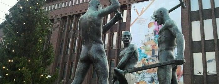 Kolmen sepän patsas is one of Patsaat ja muistomerkit.