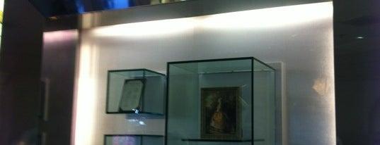 La Signature (Guerlain) is one of Epcot World Showcase.