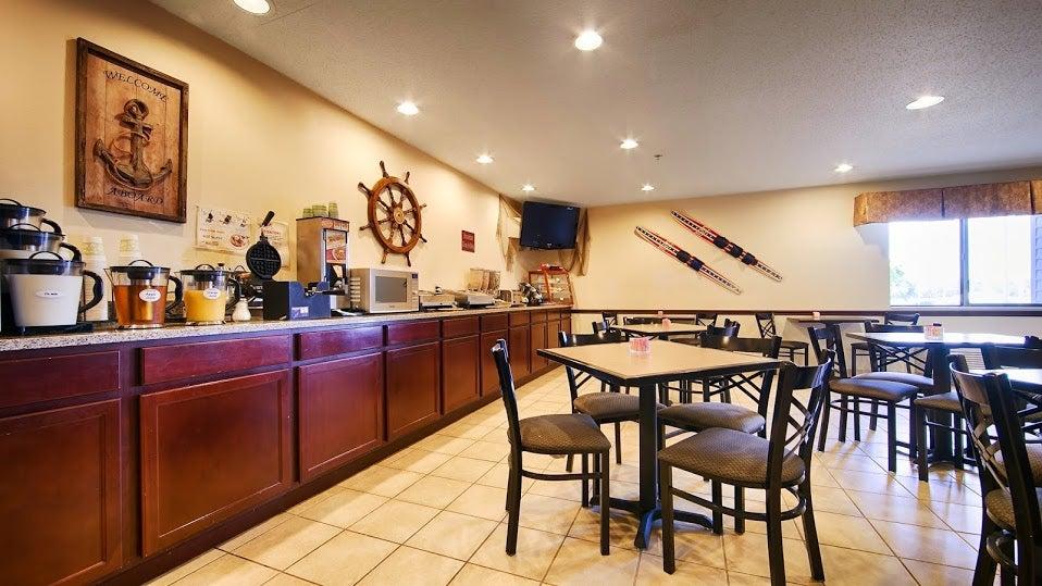 Best Western Plus Lakewood Inn,