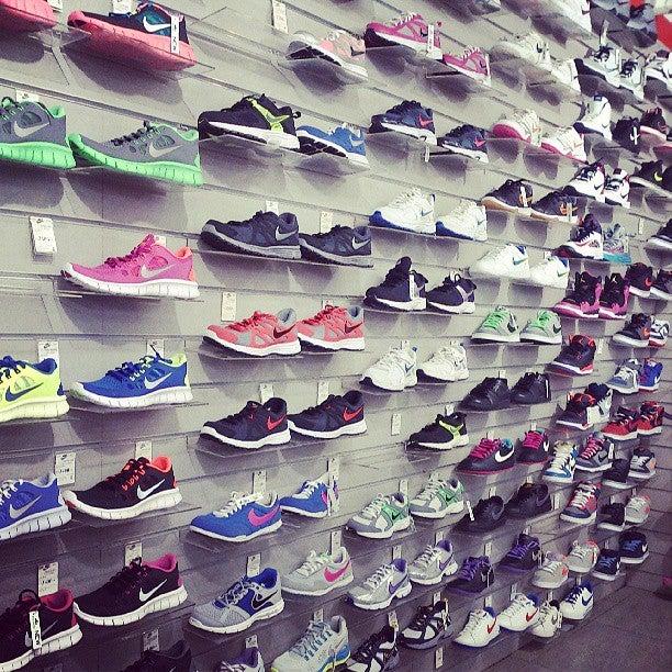 e3e38a7f7673 Nike-гипермаркет на Звездной, отзывы о спортивных магазинах Санкт-Петербурга,  адрес, телефон и фото Nike-гипермаркет на карте